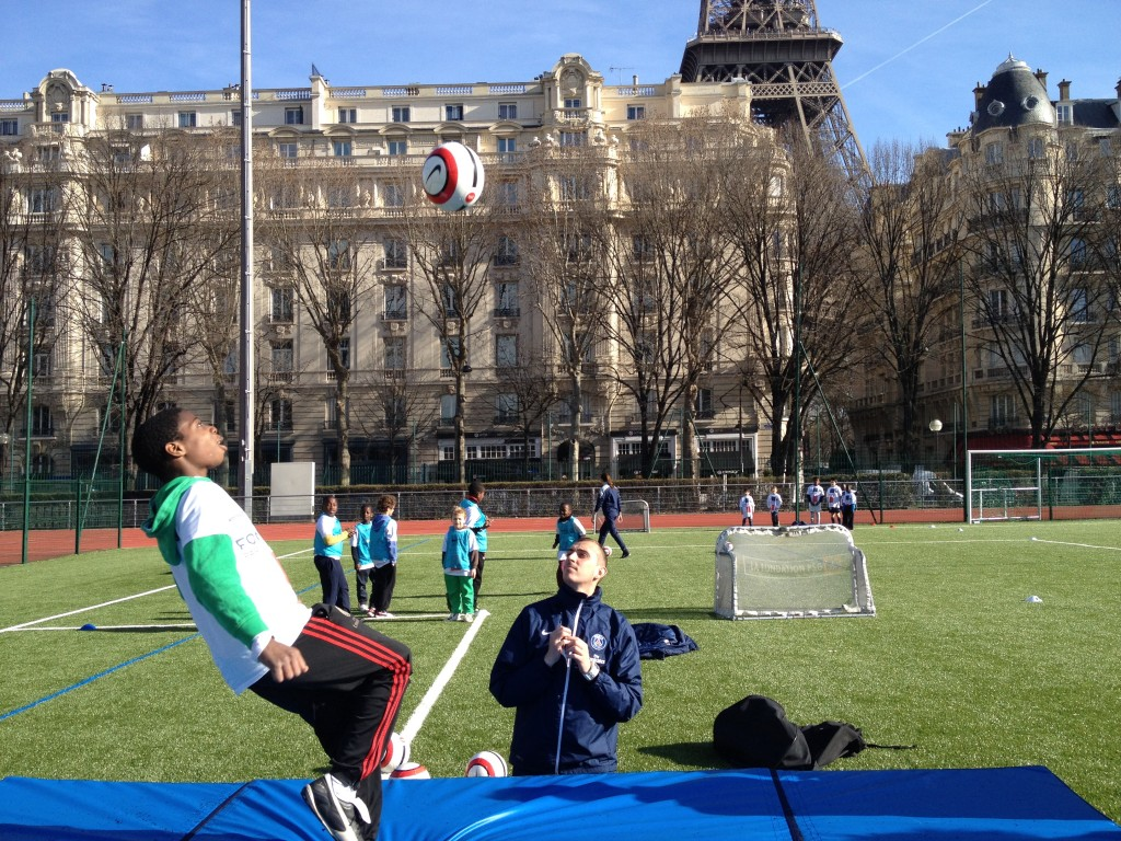 Les enfants en pleine animation Football au pied de la Tour Eiffel