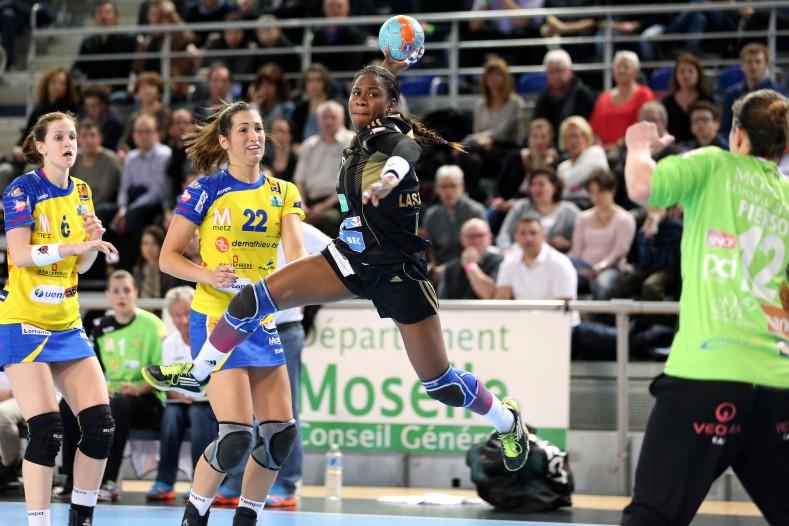 Coralie Lassource en pleine extension contre Metz