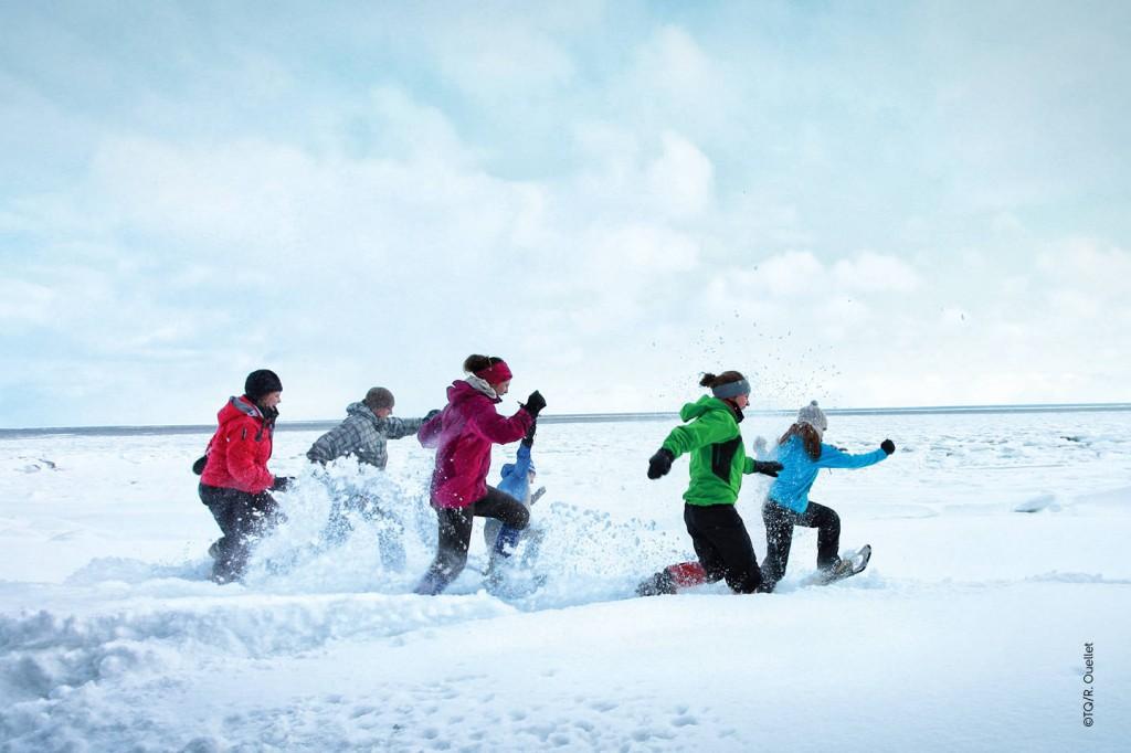 Les enfants s'amusent en hiver